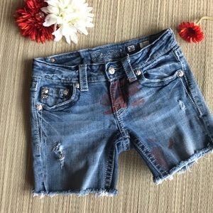 Distressed Miss Me Shorts size 26 red accents  ❤️